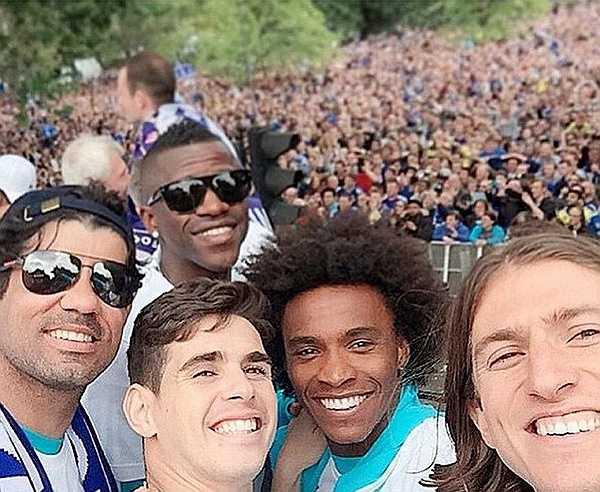 Hôm qua, các cầu thủ Chelsea đã mang chiếc cúp vô địch Ngoại hạng Anh và League Cup diễu hành dọc các con phố London