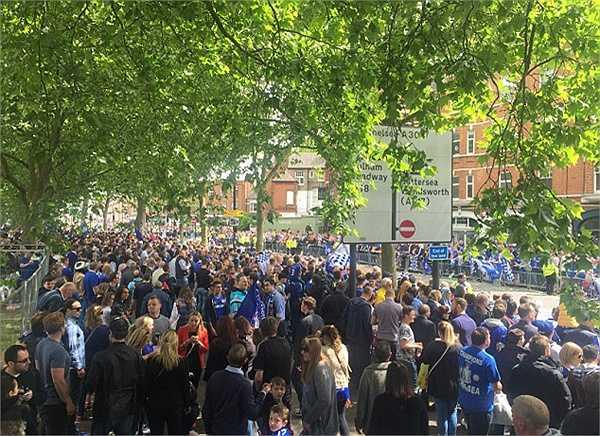 Hàng ngàn cổ động viên Chelsea đổ ra đường mừng chiến công của CLB