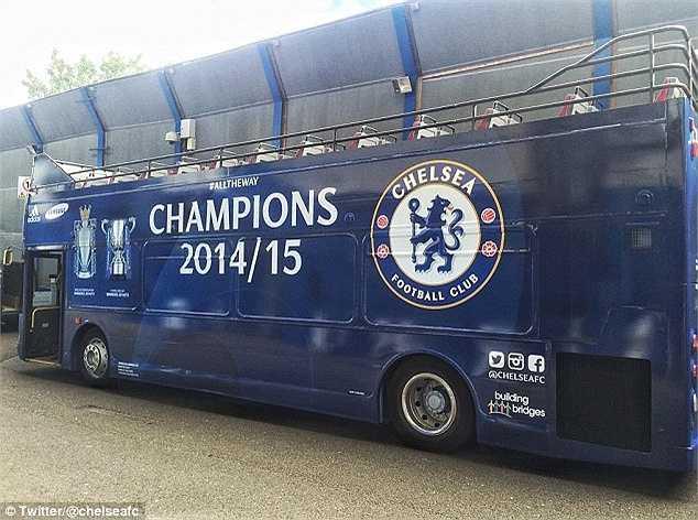 Nhiều CĐV nói vui: 'Chiếc xe bus của Mourinho thích đỗ ở đâu thì đỗ'