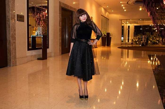 Lưu Thiên Hương trẻ trung nhưng trang phục cô chọn không tôn vinh được sự sang trọng của người phụ nữ trưởng thành.