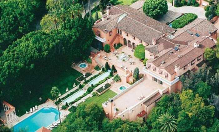 9. The Hearst Residence. Khu biệt thự này có cấu trúc độc đáo 'lai tạo' giữa kiến trúc Ý và Tây Ban Nha. Với 29 phòng ngủ, 1 sân tennis, 3 bể bơi, 1 quán bar và 1 rạp chiếu phim, khu biệt thự này hiện nay trị giá 135 triệu USD.