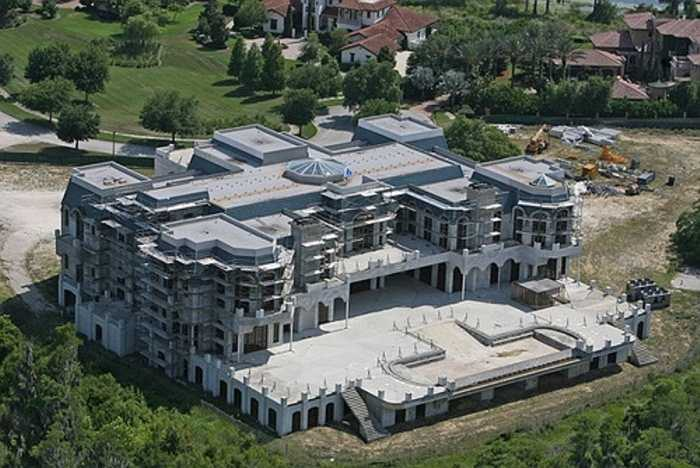 6. Versailles house. Versailles khi hoàn thành sẽ là một trong những ngôi nhà gia đình rộng nhất nước Mỹ với 8.370 m2 bao gồm 9 phòng bếp, 13 phòng ngủ, 25 phòng tắm, 1 gara ô tô, 5 bể bơi trong nhà,1 phòng khiêu vũ với sức chứa 500 người, 1 rạp chiếu. Giá của nó khoảng 100 triệu USD