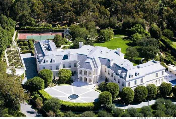 2 The Manor. Được xây dựng vào năm 1991, khu biệt thự này là ngôi nhà lớn nhất ở Los Angeles với diện tích 5.208 m2 và 123 phòng. Nó đã được bán vào năm 2009 với mức giá khoảng 150 triệu USD, khiến nó trở thành ngôi nhà đắt nhất tại Mỹ.