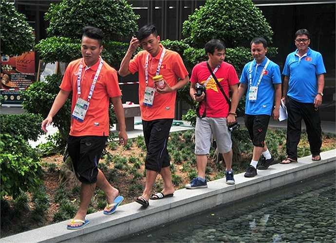 U23 Việt Nam không dùng bữa trưa và tối tại đại bản doanh. Toàn đội đi bộ đến nhà ăn của ban tổ chức bố trí cho 11 đội bóng dự SEA Games 28.
