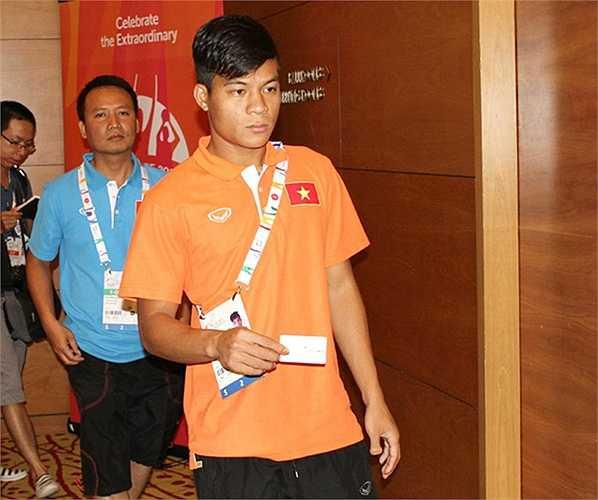 Huỳnh Tấn Tài cầm thẻ để vào nhà ăn của ban tổ chức.