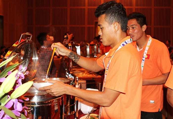 Việc không hợp khẩu vị khi đi thi đấu ở nước ngoài rất bình thường với cầu thủ. Trong bữa trưa đầu tiên tại nhà hàng, cầu thủ U23 Việt Nam cho biết đồ ăn chưa đa dạng và nhiều món không hợp.