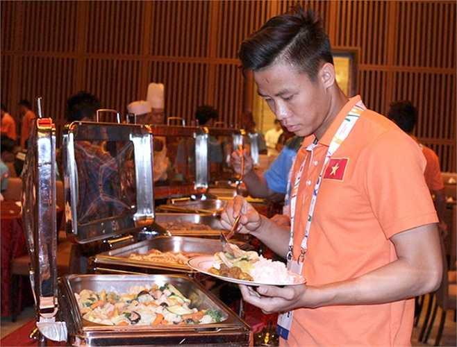 Lãnh đạo đội bóng, ban huấn luyện sẽ có những góp ý với ban tổ chức, nhà hàng để điều chỉnh các món ăn phù hợp hơn. Ngoài ra, các cầu thủ cũng mang theo nhiều gia vị, đồ ăn thêm trong hành lý đến Singapore để 'nạp thêm năng lượng' khi cần.