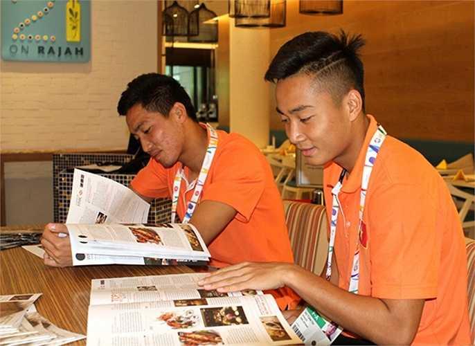 Thời gian thư giãn hiếm hoi của các cầu thủ. Chiều nay, U23 Việt Nam bước vào buổi tập thứ hai trên đất Singapore. Ngày 29/5 tới, đội sẽ ra quân gặp U23 Brunei (Nguồn: Ngôi sao)