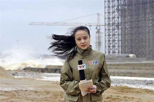 Bức ảnh cô gái xinh đẹp đang làm việc trong điều kiện thời tiết khắc nghiệt ngay lập tức lan truyền trên mạng xã hội.