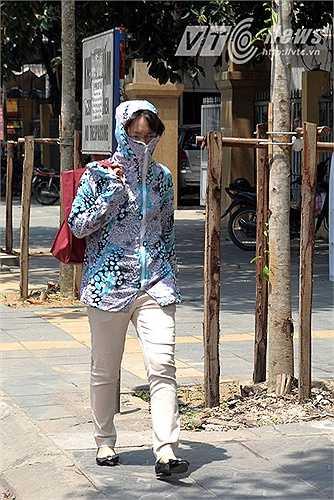 Không chỉ những người điều khiển xe máy mà ngay cả những sinh viên đi học bằng xe bus cũng trang bị áo chống nắng.