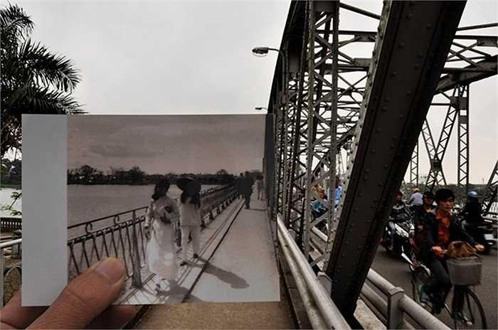 Nữ sinh đi học trên cầu Trường Tiền, Huế trong những năm 1960