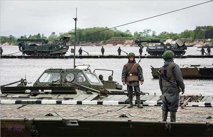 Các binh sỹ chuẩn bị cho quá trình vượt sông