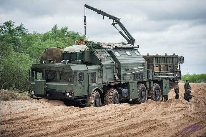 Xe tên lửa của quân đội Nga sắp vượt sông