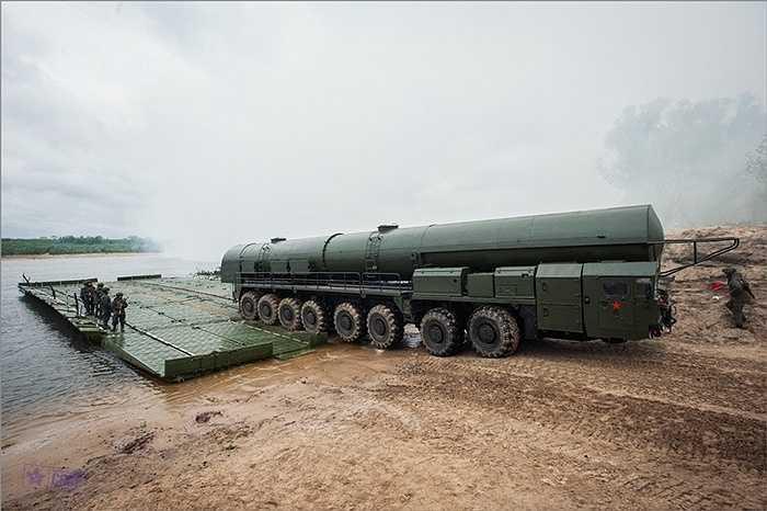 Xe tên lửa Nga chuẩn bị vượt sông
