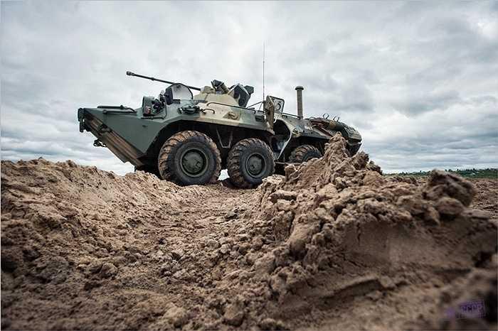 Xe bọc thép của quân đội Nga qua sông