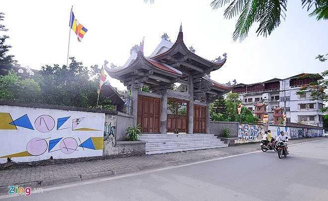 Chùa Thiên Niên có từ thời Lý, trên 1000 năm tuổi nằm trên đường Vệ Hồ, Hà Nội. Gần đây, bức tường ở cổng sau của chùa xuất hiện nhiều hình vẽ graffiti - còn gọi là vẽ nghệ thuật đường phố.