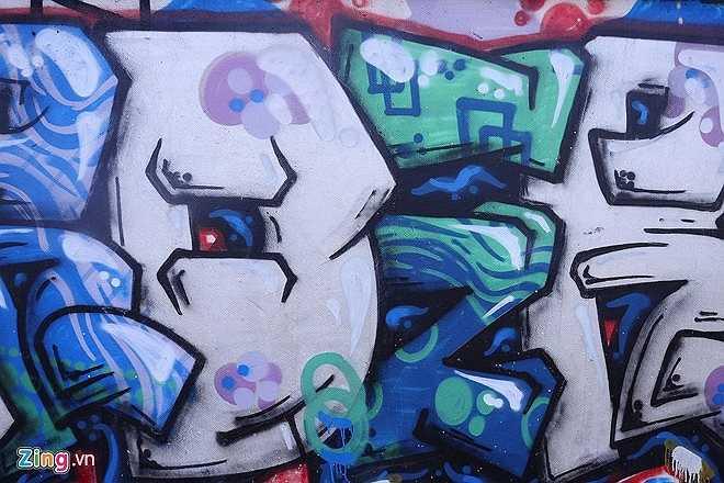 Graffiti ra đời từ các nước phương Tây và du nhập vào Việt Nam từ lâu. Thông thường giới trẻ sử dụng loại hình mỹ thuật này lên những bức tường tại các khu nhà đổ nát, không người ở, các quán bar, cafe hay các chốn ăn chơi của giới trẻ.