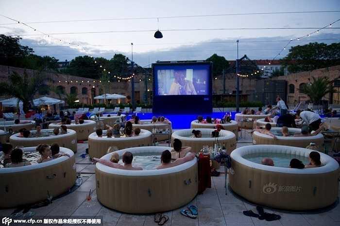 Tại Berlin (Đức) đã có rạp chiếu phim ngoài trời rất độc đáo. Khách tới đây vừa xem phim vừa ngâm mình trong bồn tắm