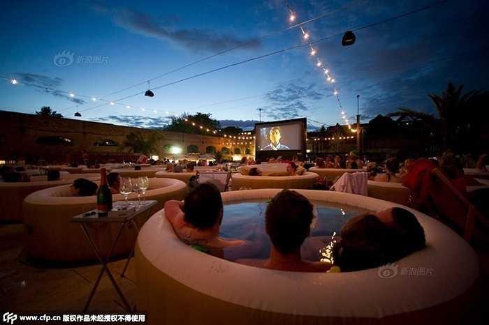 Rạp chiếu phim này có khoảng 40 bồn tắm có thể phục vụ 1 lúc gần 200 khách