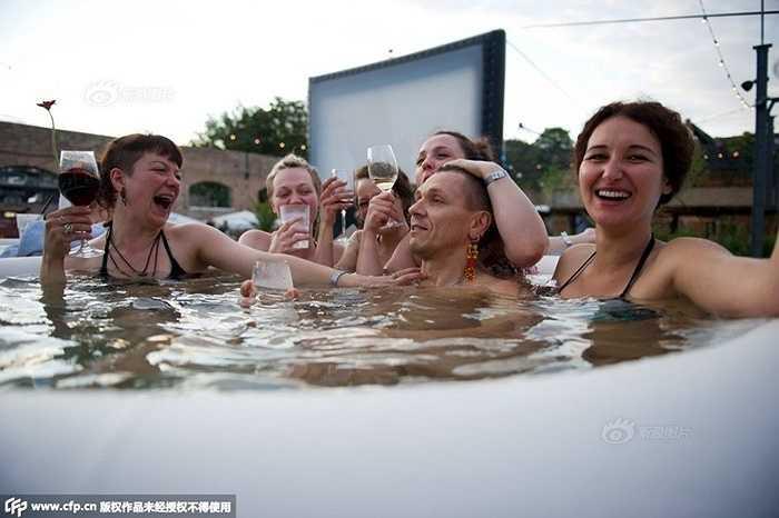 Hồi năm 2013, một rạp chiếu phim kiểu này cũng đã được ra đời tại Anh thu hút rất đông bạn trẻ tham gia