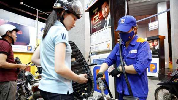 Giá xăng tăng mạnh gây ảnh hưởng không nhỏ tới đời sống người dân và doanh nghiệp. Ảnh: Hồng Vĩnh.