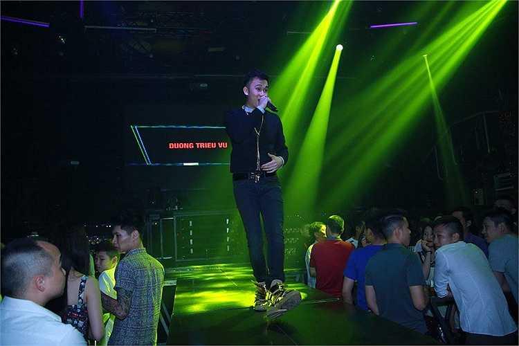 Trong lần hội ngộ khán giả khu vực phía Bắc, ngoài biểu diễn những ca khúc nằm trong album mới như: Ngày gặp lại, Muộn màng, Cà phê một mình… theo yêu cầu của khán giả, Dương Triệu Vũ còn khuấy động không khí bằng những bản 'hit' sôi động gắn liền với tên tuổi.