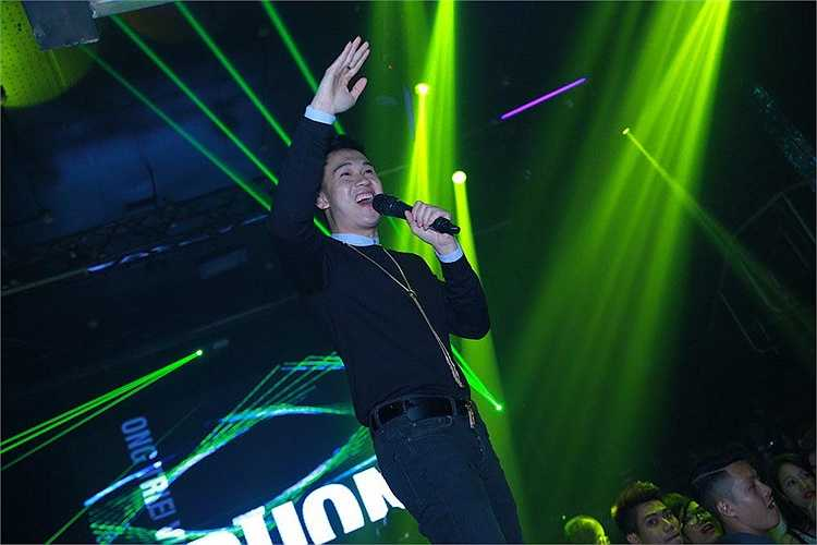 Sau giờ diễn, Dương Triệu Vũ không vội vàng ra về mà đều nán lại để trò chuyện, kí tặng sản phẩm âm nhạc cho fans.
