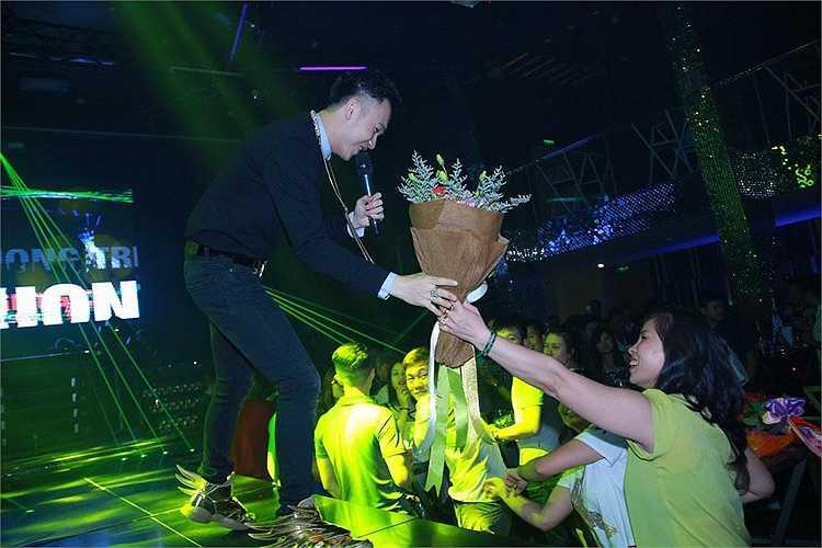 Với lịch làm việc kín mít và dày đặc, hiện tại Dương Triệu Vũ sụt cân khá nhiều song anh vẫn cố gắng để đáp lại sự ủng hộ, thương yêu của fans trên cả nước.