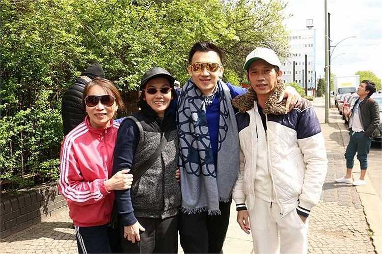 Hình ảnh của Hoài Linh, Dương Triệu Vũ cùng người thân trong gia đình khiến fans vô cùng thích thú.