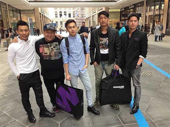 Một số hình ảnh của Dương Triệu Vũ cùng Hoài Linh và các đồng nghiệp trong chuyến lưu diễn ở nước ngoài: