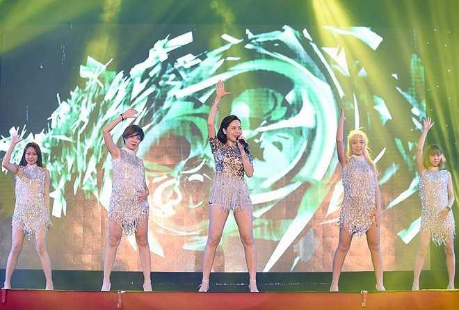 Lưu Hương Giang thay đổi phong cách với hình ảnh gợi cảm, quyến rũ sau một thời gian dài trung thành với thể loại nhạc pop và các ca khúc ballad.