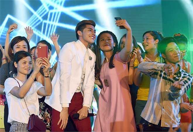Sau khi chương trình kết thúc, các khán giả ùa lên sân khấu để chụp hình cùng thần tượng. Noo Phước Thịnh là một trong số các ca sĩ được khán giả yêu mến nhờ sự thân thiện và nhiệt tình với fan.