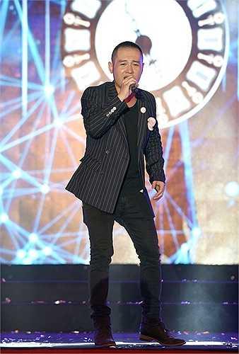 Trong đêm nhạc tối 26/5, anh biểu diễn các ca khúc quen thuộc như Nồng nàn Hà Nội, Em sẽ là giấc mơ, Tìm lại...(Nguồn: Zing)