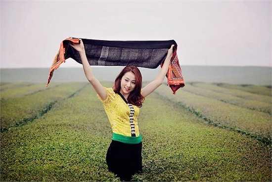 Linh yêu thích câu nói: 'Cuộc sống không phải học cách vượt qua những cơn bão, mà là học cách khiêu vũ dưới những cơn mưa'.