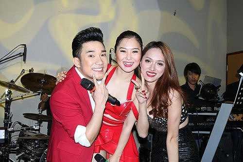 Quán quân The Voice 2012 – Hương Tràm vừa có chuyến lưu diễn dài 3 tuần tại nước Úc để phục vụ các Kiều bào Việt Nam tại đây. Tại đây cô gặp ca sĩ Quang Hà và Hương Giang Idol.