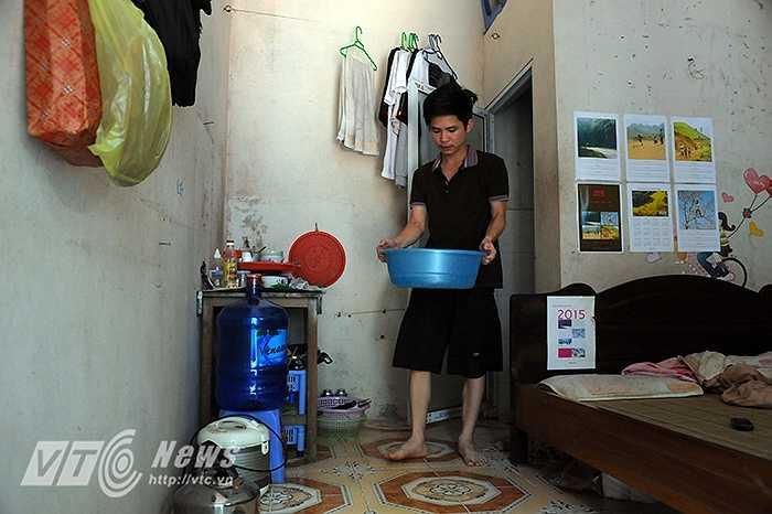 Tại khu nhà trọ dành cho sinh viên ở khu vực Mĩ Đình, anh Cừ, sinh viên một trường ĐH trên địa bàn TP Hà Nội cho biết, một ngày anh phải lau nhà tới 4,5 lần để giữ cho nhà cửa luôn được thoáng mát.