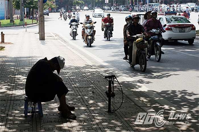 Ông Hào (74 tuổi) cảm thấy vô cùng mệt mỏi khi thời tiết nắng nóng kéo dài đã nhiều ngày nay nhưng vì cuộc sống mưu sinh mà ông vẫn phải ở ngoài đường gần 10 tiếng mỗi ngày.