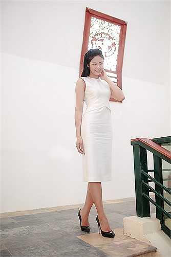 Cô diện một thiết kế màu trắng tinh khôi.