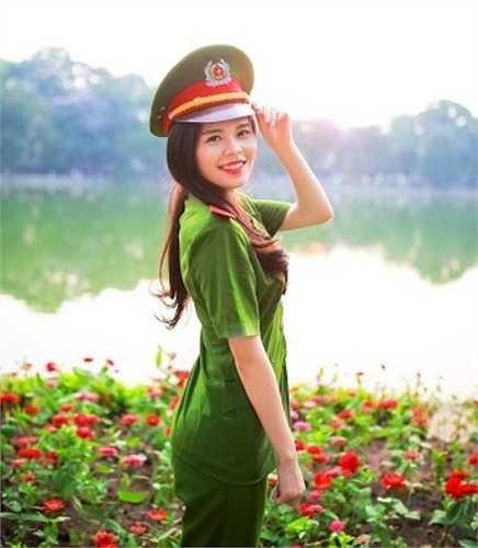 Cô nữ sinh này sinh năm 1993, đến từ Quảng Bình và hiện đang học lớp b2c2k50, chuyên ngàh Cảnh sát Giao thông.