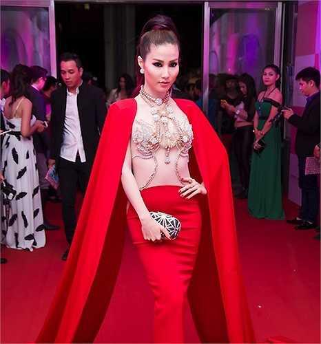 Tại sự kiện thời trang đình đám diễn ra mới đây tại TP.HCM, Diễm My 9x đã được tôn vinh là người mặc đẹp nhất với chiếc váy đỏ sexy. Bộ cánh có phần voan xuyên thấu trước ngực, tạo hiệu ứng thị giác hút mắt này là một tác phẩm của Stylist Đỗ Long.