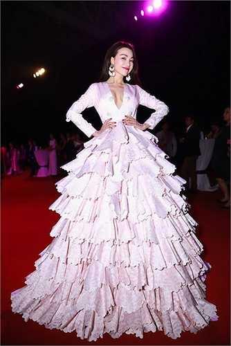 Trong một sự kiện thảm đỏ khác, cô gây ấn tượng với chiếc váy của một NTK trong nước. Trang phục có phần ngực khoét vừa đủ khoe khéo vòng 1 và phần tùng váy xòe rộng, được ví như một 'cây thông'.