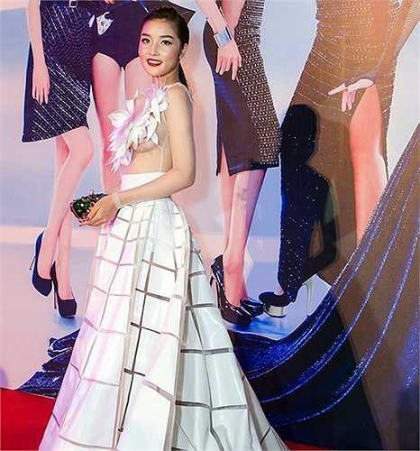 Cũng tại sự kiện này, hoa hậu Triệu Thị Hà gây sốc với chiếc váy sexy tông trắng. Thời gian gần đây, cô theo đuổi phong cách thời trang 'thoáng' hơn trước đây.