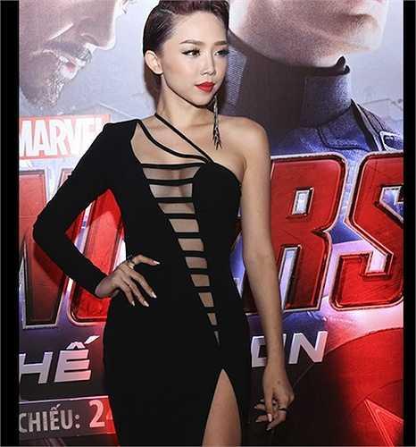 Tại buổi chiếu phim Avengers tại TP.HCM, nữ ca sỹ của Vũ điệu cồng chiêng tiếp tục thể hiện vẻ đẹp quá đỗi gợi cảm với váy đen cắt xẻ táo bạo.