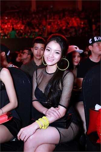 Váy đen xuyên thấu có vẻ là niềm đam mê của Thủy Top.
