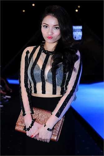 Trong một sự kiện diễn ra vào tháng 4 vừa qua, nữ ca sỹ xinh đẹp trở thành tâm điểm chú ý với chiếc áo voan trong veo, lộ rõ nội y đen bên trong.