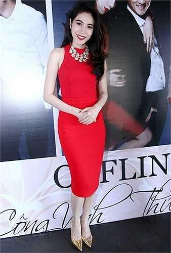 Chính vì thế mà rất nhiều người đẹp nổi tiếng sử dụng váy cocktail khi muốn lấy lòng khán giả khó tính. Trong số các người đẹp Việt, Thủy Tiên nhiều lần được khen ngợi khi chọn kiểu váy này.