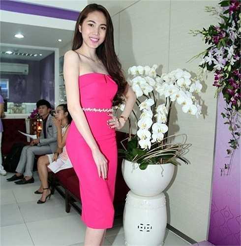 Đầm hồng tôn vinh cơ thể hoàn hảo của người đẹp.