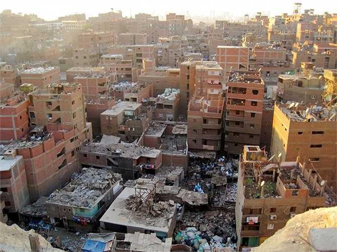 10.Manshiyat Naser, Ai Cập – Thành phố rác. Tại đây, người người nhà nhà thu thập các loại rác thải, phế liệu từ Thủ đô Cairo, Ai Cập để xây dựng một ngành kinh tế riêng và mang lại những khoản thu nhập đáng kể. Nhưng mặt trái là thành phố này rất kém phát triển