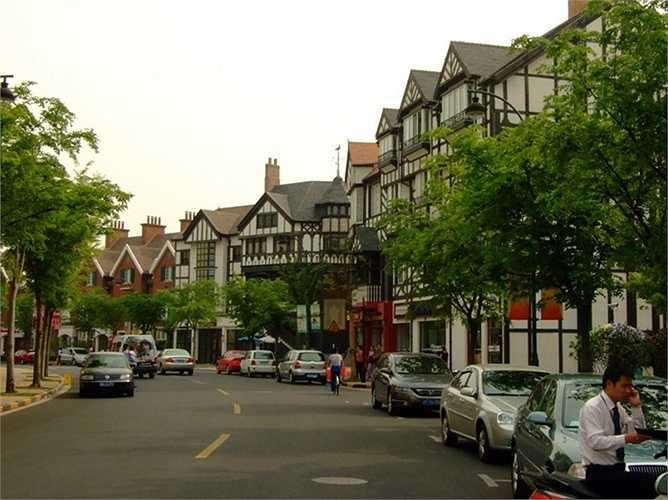 9. Thị trấn Thames, Trung Quốc – Nước Anh phiên bản lỗi. Nằm cách Thượng Hải chỉ khoảng 20 dặm. Thị trấn này được thiết kế giống hệt với nhiều địa điểm nổi tiếng tại Anh Quốc nhằm thu hút dân cư. Tuy nhiên, có vẻ như dự án không thành công vì rất ít người chọn sinh sống tại đây