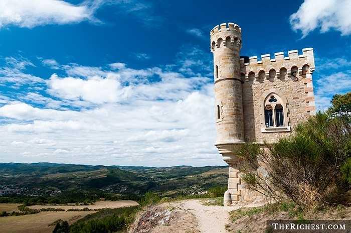 6. Rennes-le-Chateau, Pháp. Lâu đài ở miền Nam nước Pháp bị bao phủ bởi những truyền thuyết kinh khủng đến từ vị chủ nhân giàu có của nó, linh mục Bérenger Saunière – người đã cho xây dựng nhiều bức tượng kỳ quái ở đây và không ai biết vị linh mục này lấy đâu ra lắm tiền, nhiều của đến vậy